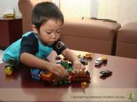 foto anak main lego